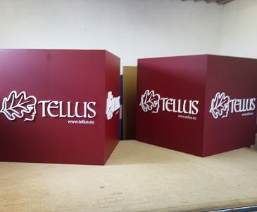 3D kocky 1x1x1m a 3D nápis, umiestnené volne v priestore.
