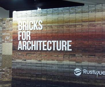 3D reklama na reliéfnej stene.