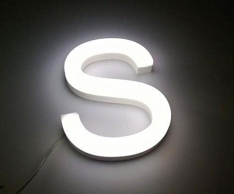 Samostatné nízkoprofilové svetelné písmená