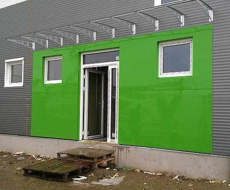 Dizajnové opláštenie vchodu do budovy