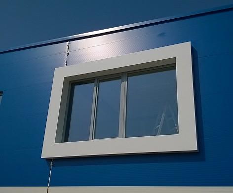 Dizajnové opláštenie okna vystupujúce z fasády